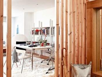 复式楼装修效果图:木条屏风将进门处的玄关和客厅做了隔断,