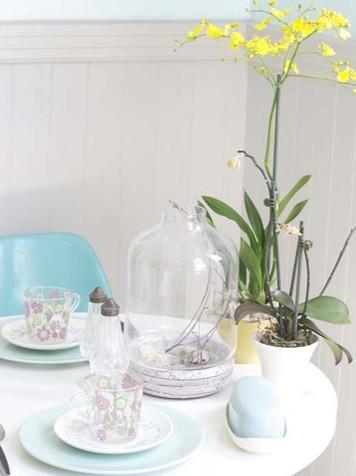 田园风格装修效果图:简单而舒适的小餐桌上除了严谨地摆放着的餐