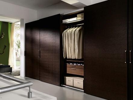 主卧室衣柜效果图:在衣帽间内采取全封闭的柜子,使得这里除了更