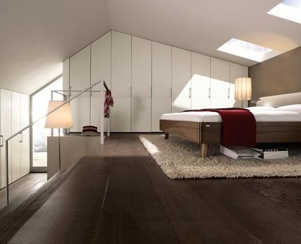 主卧室衣柜效果图:根据房间高度来定制衣柜,即使是斜屋顶的角落
