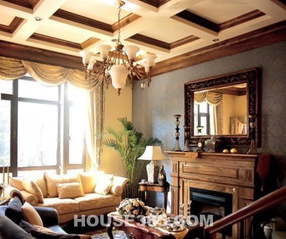 三、欧式古典风格 古典欧式风格是一种追求华丽、高雅的古典风格,以华丽的装饰、浓烈的色彩、精美的造型达到雍容华贵的装饰效果。欧式客厅顶部喜用大型灯池,并用华丽的枝形吊灯营造气氛。门窗上半部多做成圆弧形,并用带有花纹的石膏线勾边。室内有真正的壁炉或假的壁炉造型。