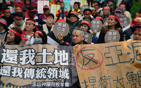 反对亚泥矿权展限20年 花莲太鲁阁族人封路抗争