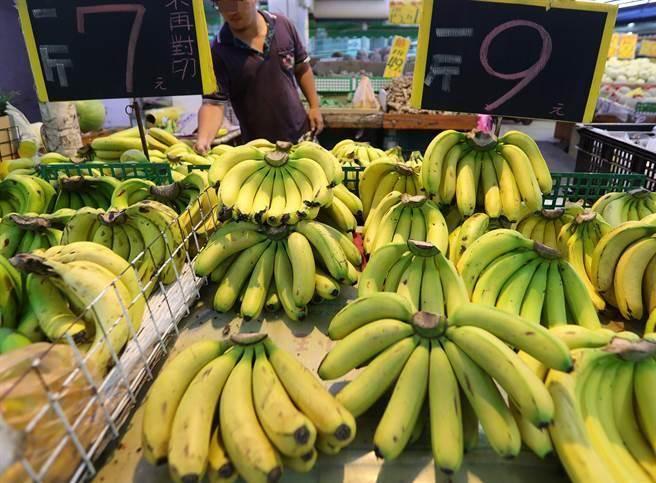 """香蕉拍卖价曝光 她直指台当局""""农委会""""是打压农民最大""""菜虫"""""""