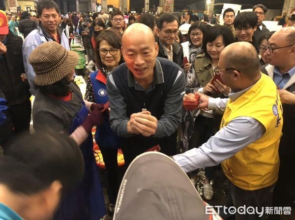 """韩国瑜清晨渔市场拜早年 民众高喊""""我爱你"""""""