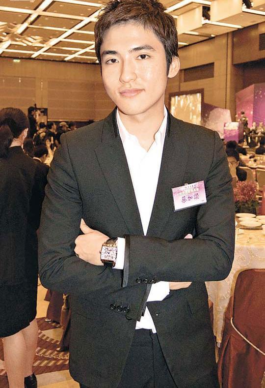 组图:香港4大富二代潜力股 郭晶晶小叔被赞高