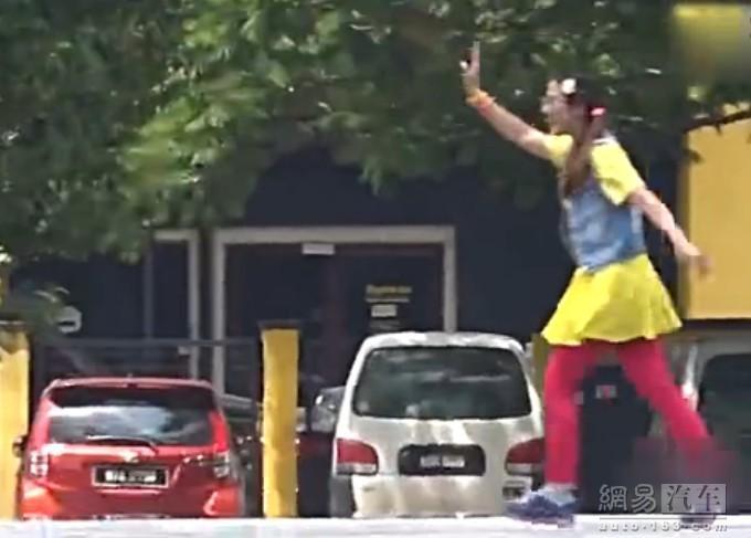 女车手装菜鸟学车漂移吓跑教练  愚人节终极恶搞