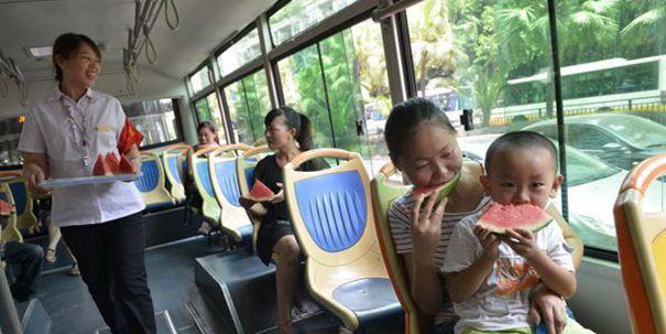 """重庆发""""高温红色预警"""" 公交站提供冰镇西瓜"""