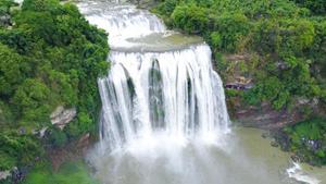 贵州黄果树进入丰水期 游人争相围观大瀑布.png