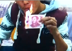 """浙江惯偷钞票点烟被抓 称""""穷得只剩钱"""""""